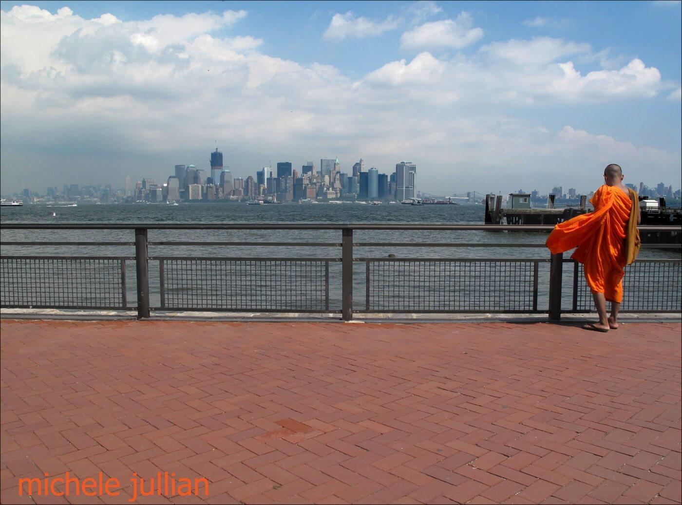 new york panorama admiré par un moine bouddhiste