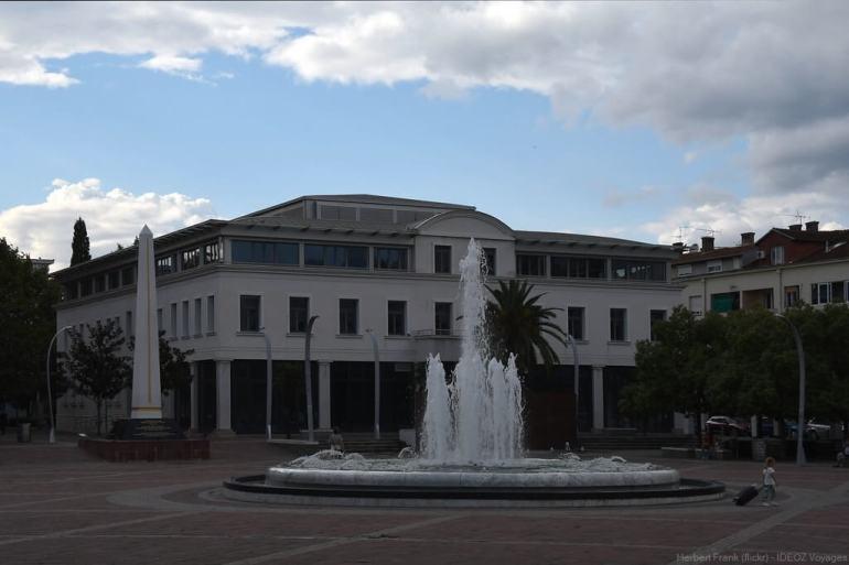 place centrale de podgorica et sa fontaine