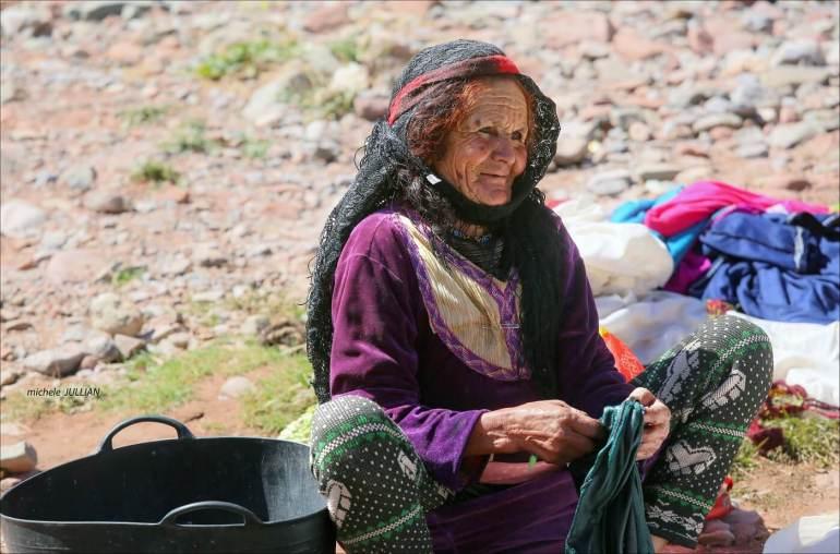 femme berbère en train de faire la lessive
