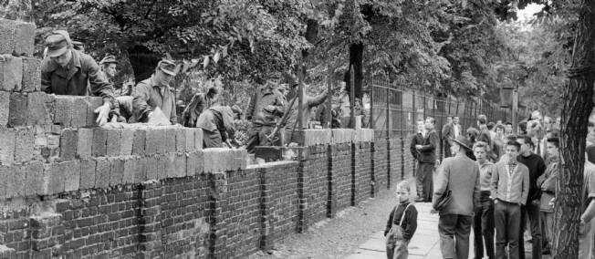 début de l'érection du mur de berlin en 1961