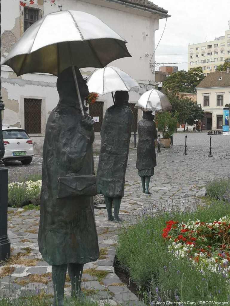 femmes au parapluie d'Imre Varga à obuda