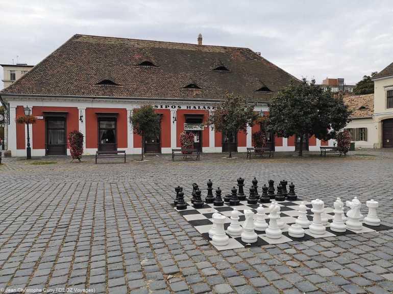 jeu d'échecs sur la place principale d'obuda à budapest