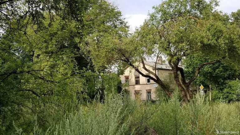 maison abandonnée dans le quartier de kipsala à riga