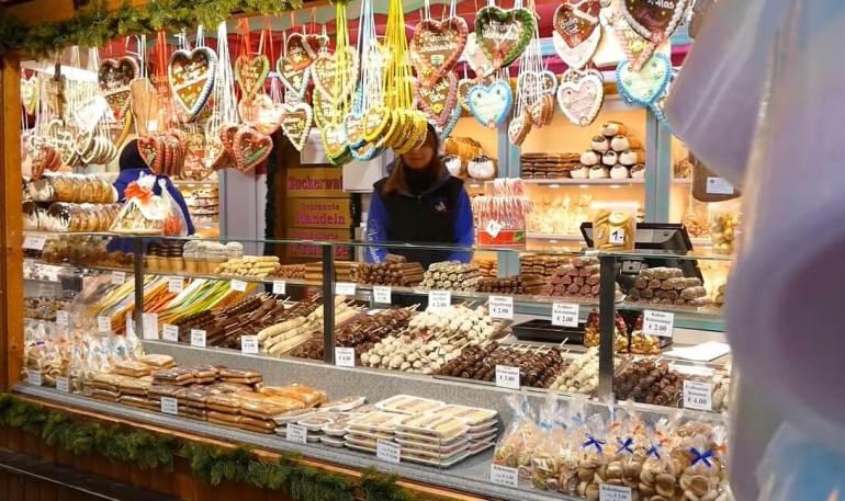 stand de gourmandises sucrées au marché de noel de rathaus de vienne
