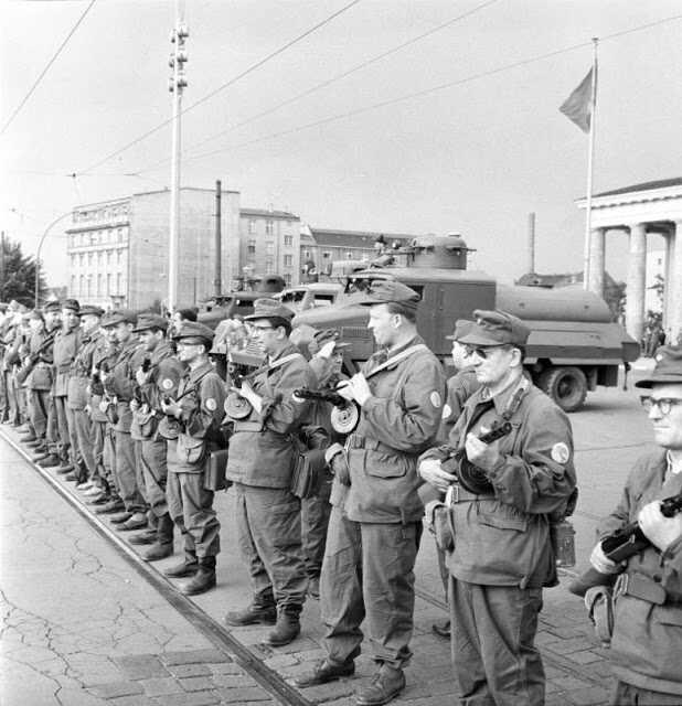 troupes soviétiques prêtes au combat le 12 aout 1961 lors de la construction du mur de berlin