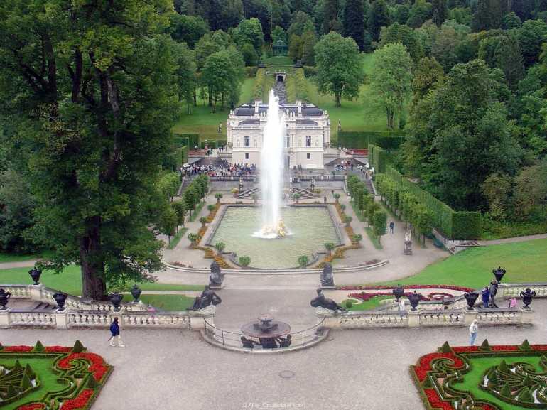 vue sur le château de Linderhof depuis le belvedère sur les jardins et les jets d'eaux