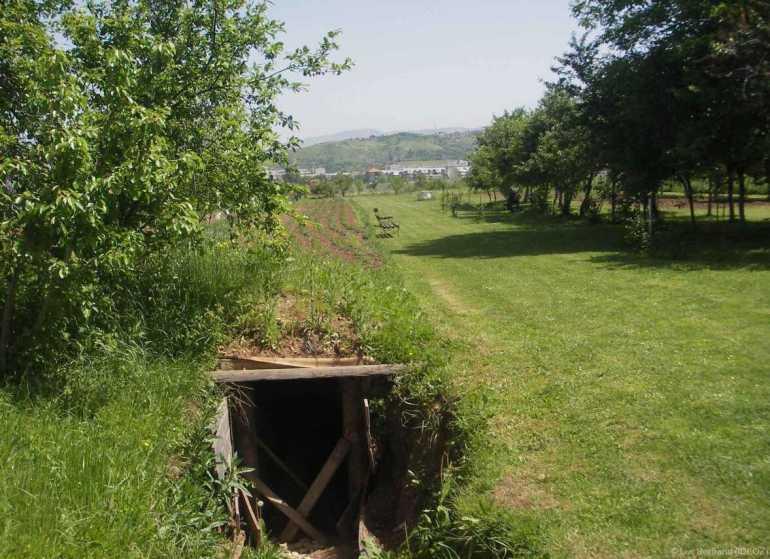 un des tunnels utilisés pendant la guerre de bosnie à sarajevo