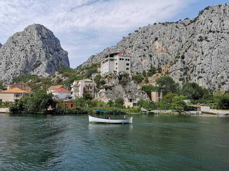 petit bateau sur la rivière cetina