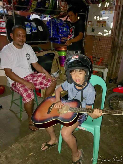 Siquijor - scooters de nuit, Luka guitariste