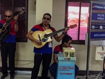 Chanteurs aveugles faisant l'animation à l'aéroport de Tagbilaran
