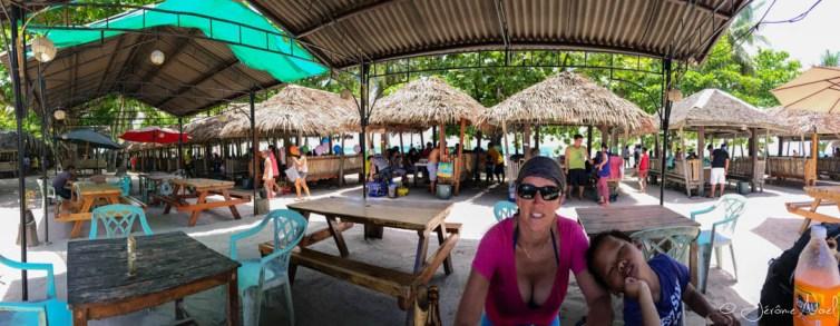 Repas sur la plage de Dumuluan beach