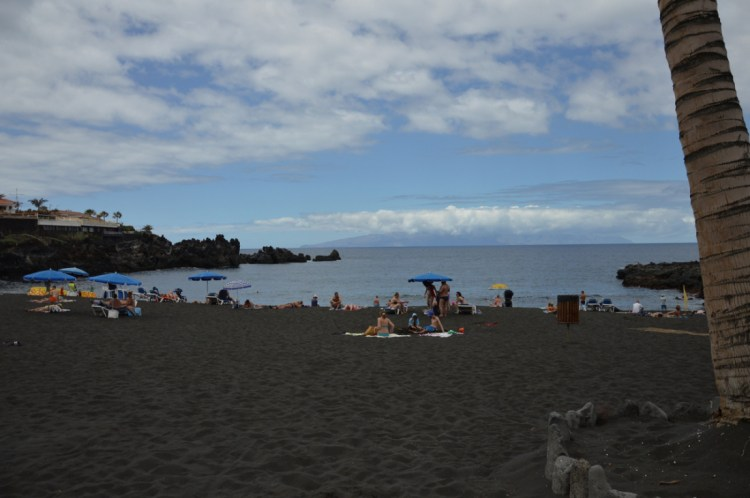 Plage de sable noir en revenant de Los Gigantes Tenerife