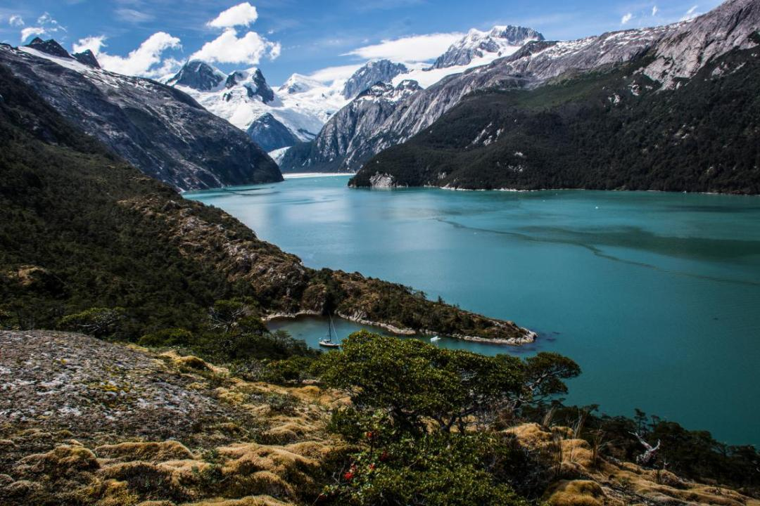 vue sur voilier et paysage de patagonie