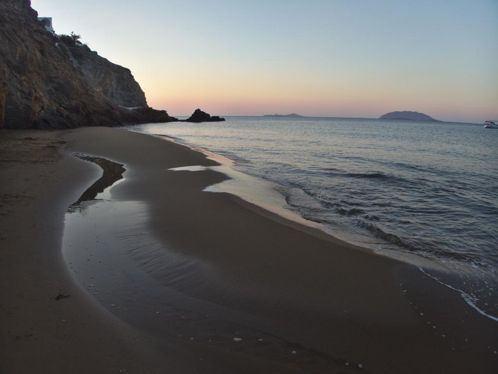 lever du jour sur la plage à Anafi dans les Cyclades