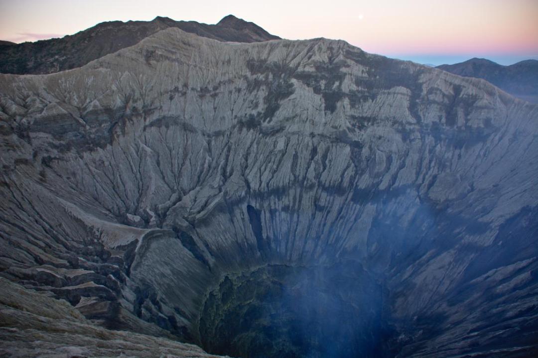 au bord du cratère du mont bromo à java