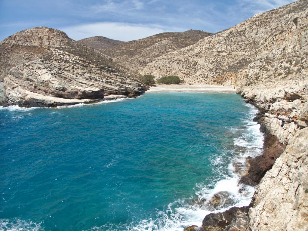 jolie plage dans une crique sauvage de Folegandros