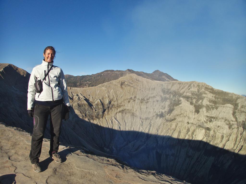 sur l'arête du mont bromo à java en indonésie