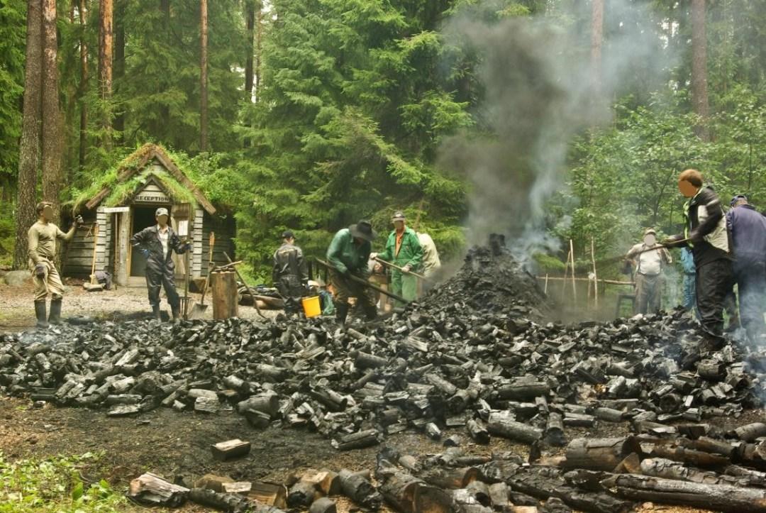 la production du charbon sur le site de l'hébergement insolite