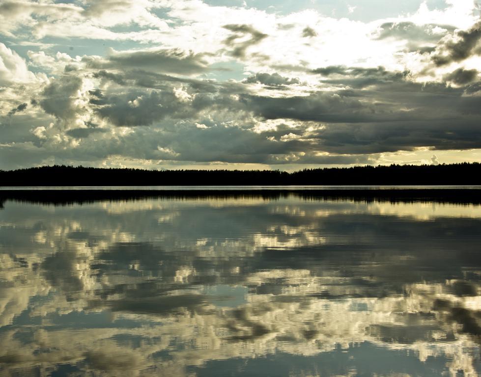 reflets sur le lac de l'écolodge suédois