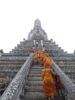 Jeunes moines montant le Wat Arun