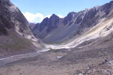 Cantera de rocas blancas en el valle