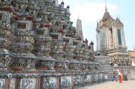 Au pied du Wat Arun, temple de l'aube