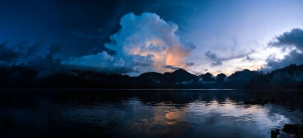 Orage sur le lac du Rinajani, ile de Lombok, Indonésie