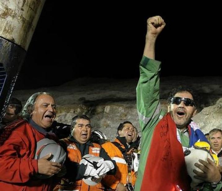 Ordenan al Fisco a pagar millonaria indemnización a mineros atrapados en mina San José.