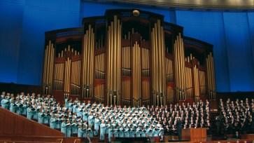 Coro do Tabernáculo Mórmon no Centro de Conferência durante uma Conferência Geral