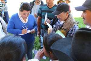 Recibe diversas peticiones diputada en San Joaquín