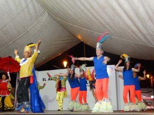 Grupo de danza colombiano en pleno escenario
