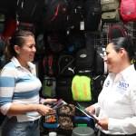 Vero Hernández con los comerciantes del tianguis 5 de mayo