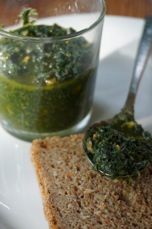 pesto, moehrengruen, olivenoel, pistazie, gruen, loeffel, brot