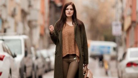 Jaki kolor ubrania są połączone z brązowym?