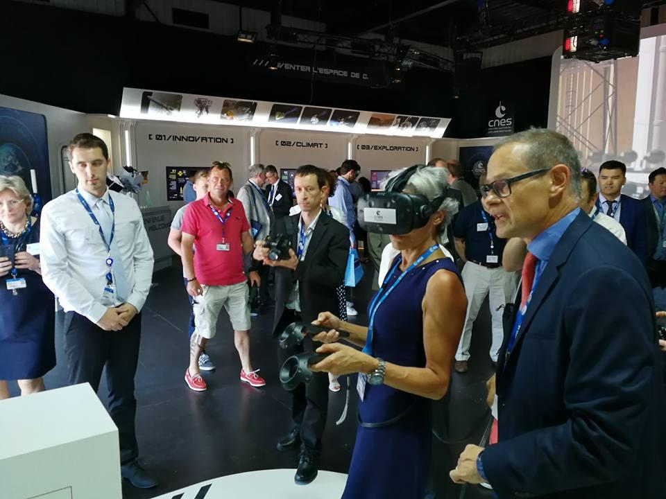 Claudie Haigneré test l'application VR2Mars avec un casque de réalité virtuelle sur le pavillon du CNES lors du Salon International de l'Aéronautique et de l'Espace 2017 (Le Bourget)