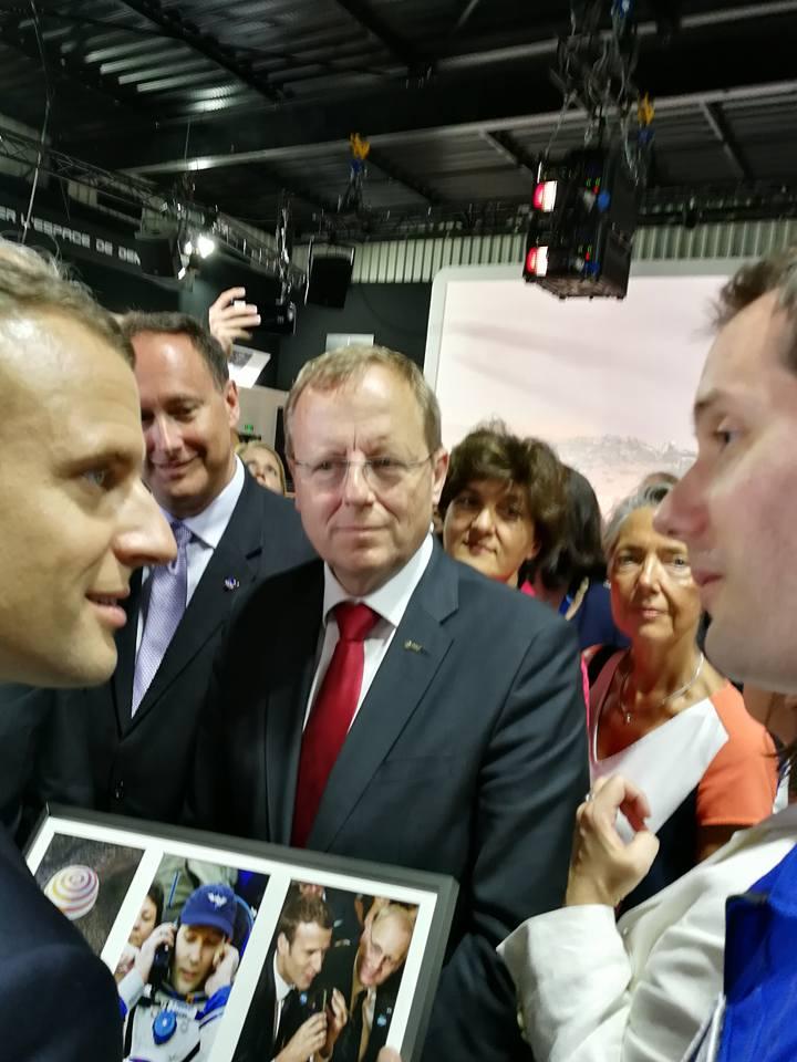 Thomas Pesquet remet un cadeau au président de la République, Emmanuel Macron sur le pavillon du CNES lors du Salon International de l'Aéronautique et de l'Espace 2017 (Le Bourget)