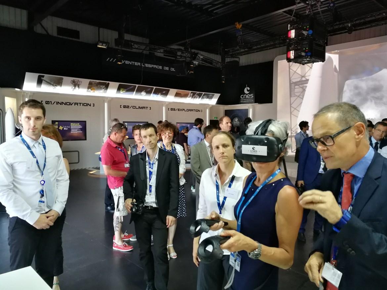Claudie Haigneré teste l'application VR2Mars avec un casque de réalité virtuelle sur le pavillon du CNES lors du Salon International de l'Aéronautique et de l'Espace 2017 (Le Bourget)