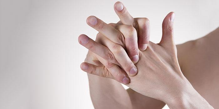 Почему у людей хрустят кости? Стоит ли опасаться и проходить лечение? Почему хрустят кости по всему телу, начиная от пальцев и заканчивая позвоночником Почему хрустят кости что делать