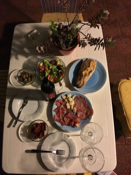Наш первый ужин в Сицилии. Салат, вино и санкционка
