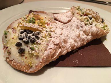 Канноли - традиционный десерт Сицилии. Вафельная трубочка с корицей и начинкой из маскарпоне