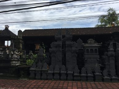 Заготовки для домашних храмов и ворот. Сверху жуткие провода