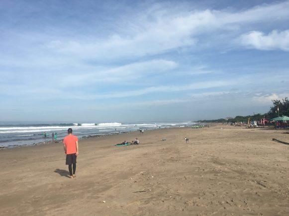 Пляж Легиан. Кута. Течением вынесло много мусора, добровольцы и волонтеры его убирают