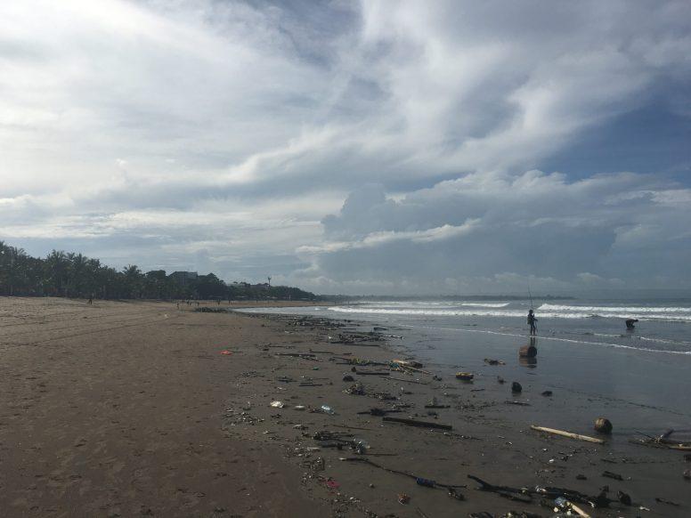Пляж Куты рано утром, до уборки. Течением выносит очень много шлепок