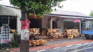 Магазин с древесиной для мебели и храмчик слева