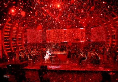 YOSHIKI手術後初登音樂節目 漫天玫瑰花瓣伴演奏