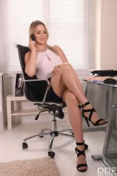 Naughty Office Delivery Nikki Dream vr porn