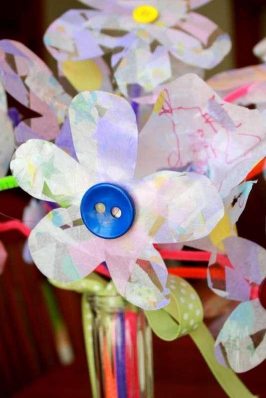 Cvijet za mamu: časopisi u boji, slamka, dugme, ukrasna traka.