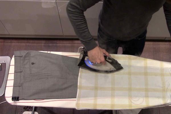 Как убрать след от стрелки на брюках