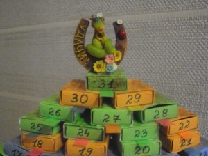 склеиваем коробки пирамидой