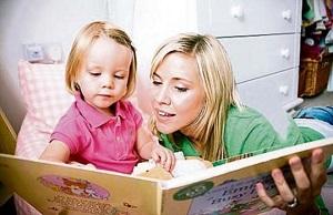 мама и дочка читают вместе